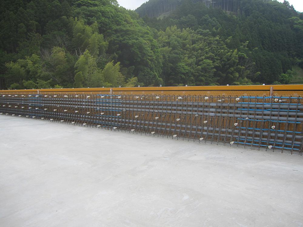 中部横断自動車道福士川第二橋他1橋(鋼上部工)工事 第二橋 通信管路・排水工事